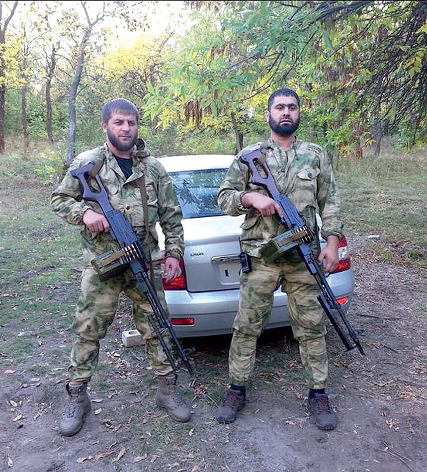 На фото: налево — полководец чеченского батальона «Смерть» Апти Болотханов