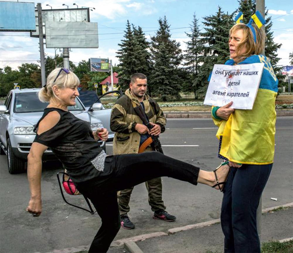 Издевательства надо украинкой Ириной Довгань на Донецке