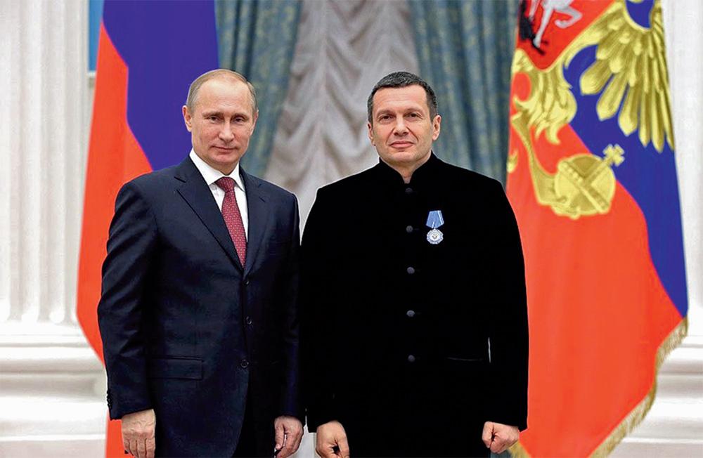 Путин награждает Соловьёва